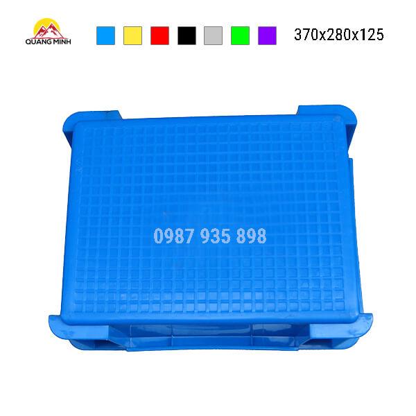 thung-nhua-dac-b7-song-bit-mau-xanh(2)-370x280x125
